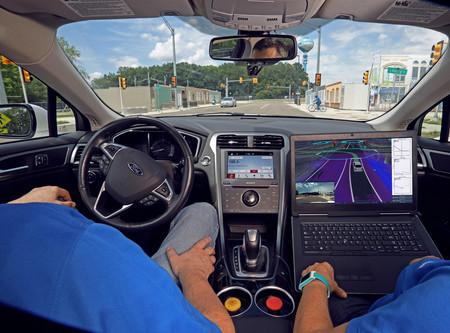 Concutor y acompañante analizan el comortamoiento del Ford Fusion