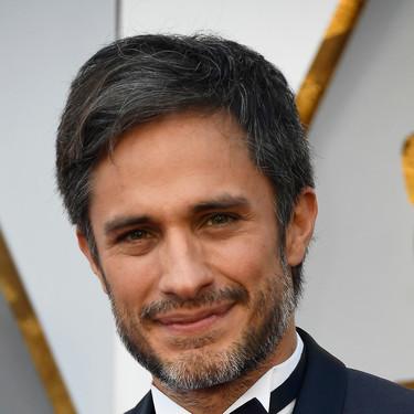 Gael García Bernal apuesta por el azul en un regular look para la red carpet de los Oscar