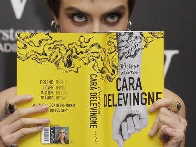 Ya está disponible en español 'Mirror, mirror', la novela de Cara Delevingne