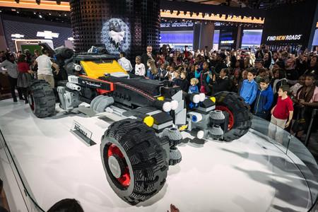 Este Batmóvil de Chevrolet está hecho con LEGO y mide casi 5,2 metros