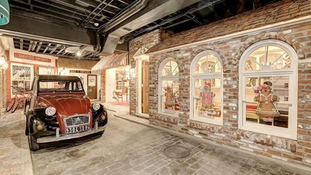 Esta mansión incluye en su sótano un completo casco histórico, con sus tiendas y hasta un Citroën 2CV y Jaguar E-Type en sus calles