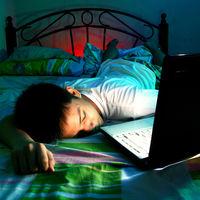 Si a tu hijo adolescente le cuesta concentrarse, dormir y está de mal humor, limítale las pantallas por la noche solo una semana
