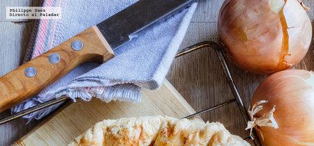 Tarta salada de cebolla caramelizada y queso de cabra. Receta fácil