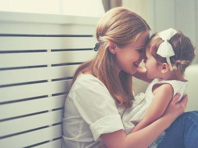 Besos y abrazos: por qué no obligo a mi hija a darlos si ella no quiere