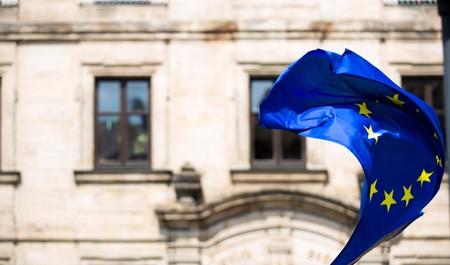 Funcionarios de la UE proponen imponer fuertes aranceles a EEUU e invertir en empresas europeas para competir con las grandes tecnológicas, según Político