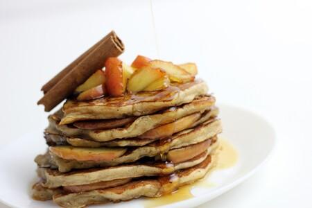 Hot cakes de manzana con canela. Receta fácil para el desayuno