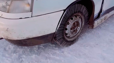 Este vídeo demuestra qué le pasa a un coche si cambia los neumáticos por ruedas formadas por 3.000 clavos