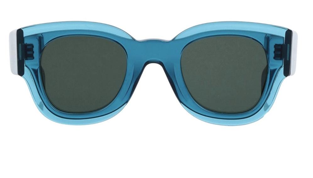 Gafas de sol de montura cuadrada en color azul transparente.