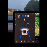 ¿Es la luna, el sol o un semáforo? El Autopilot de Tesla sigue viendo señales de tráfico donde no las hay