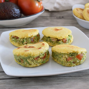 Arepas healthy con harina de garbanzos y relleno de ensalada de aguacate y atún: esta es la receta de un manjar sin gluten