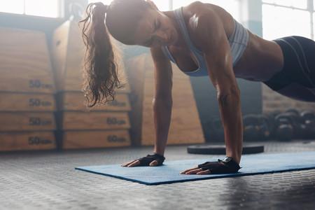 Si solo tienes 30 minutos para entrenar en el gimnasio, esta rutina te permite entrenar todo tu cuerpo