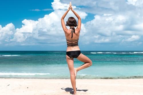 Yoga en la playa: las tres cosas que no puedes olvidar