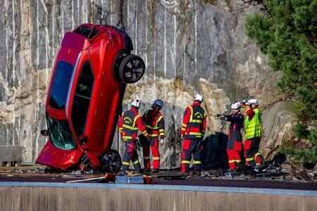 Volvo Deja Caer Sus Autos Desde Una Altura De 30 Metros 2
