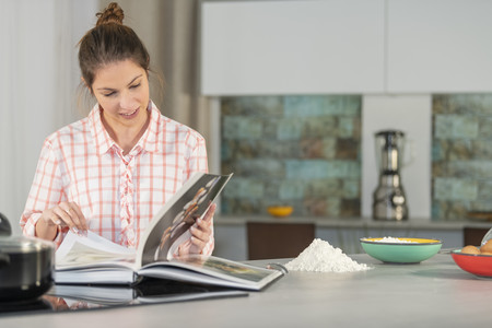 Los mejores libros de recetas para sacar partido a cada herramienta de cocina: Thermomix, Crock-pot, microondas, olla exprés…