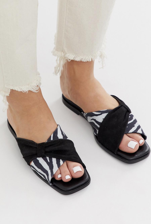 Sandalias planas negras de cuero con detalle de lazo y estampado de cebra Wallflower de ASOS WHITE