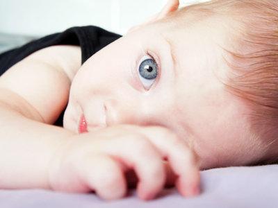 ¿Puede una pareja con los ojos marrones tener un hijo con los ojos azules?