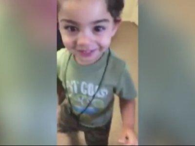 El niño sordo que baila de alegría al oír a su madre por primera vez