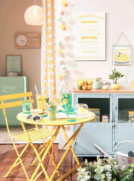 Mesa plegable de metal amarilla