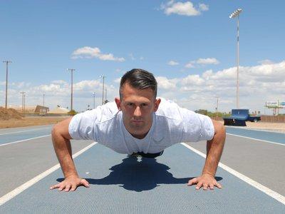 Trabaja tus tríceps (y de paso tu abdomen) con tu propio peso en casa siguiendo estas rutinas
