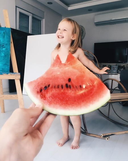 Las adorables fotos en perspectiva que le hace una madre a su hija vestida con frutas y flores