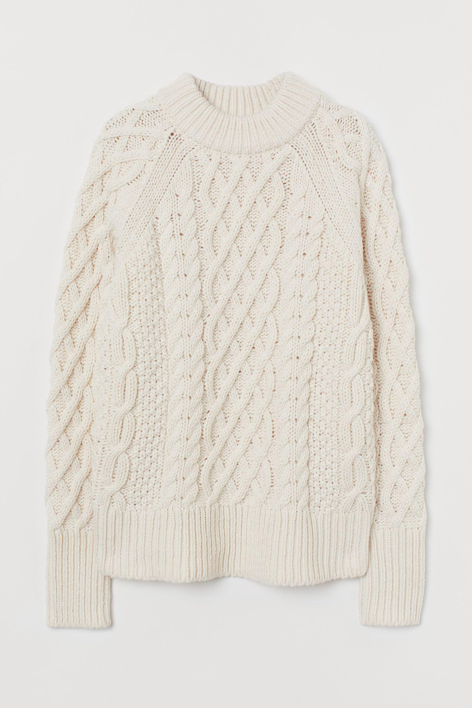 Jersey en punto trenzado suave con lana en la trama. Mangas raglán y remate de canalé en cuello, puños y bajo.