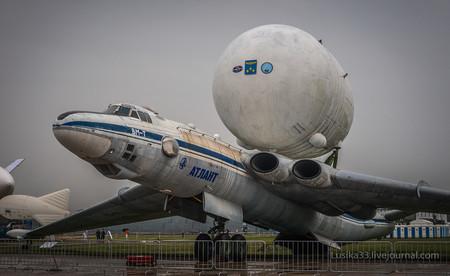 Así era Myasishchev VM-T Atlant, el avión de transporte que llevaba cohetes soviéticos a sus espaldas