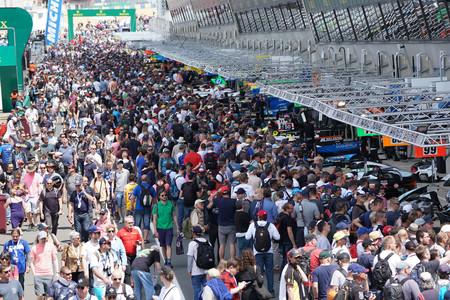 Pit lane 24 Horas Le Mans lleno de gente