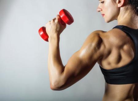 mujer pesas fitness