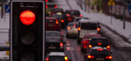 ¡Semáforos en autopistas! Así quiere Inglaterra paliar su congestionado tráfico