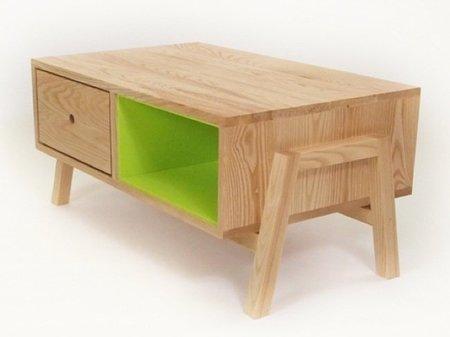 Mesa de centro en madera natural y un color intenso