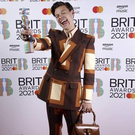 alfombra roja de los brit awards 2021 harry styles