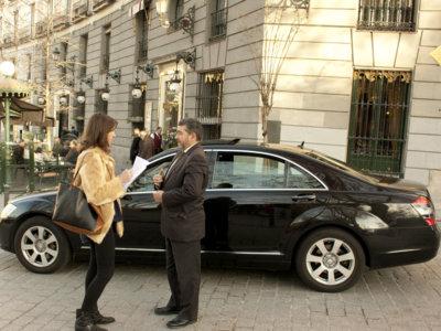 ¿Puede tener Madrid coches de alquiler con conductor sin que algunos taxistas los quemen?
