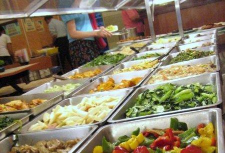 ¿Por qué comemos más en un restaurante de buffet libre?