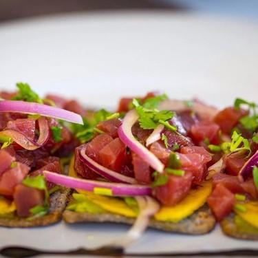 Tostadas de ceviche de atún con aderezo de jalapeño. Receta que sacará tu Master Chef marino