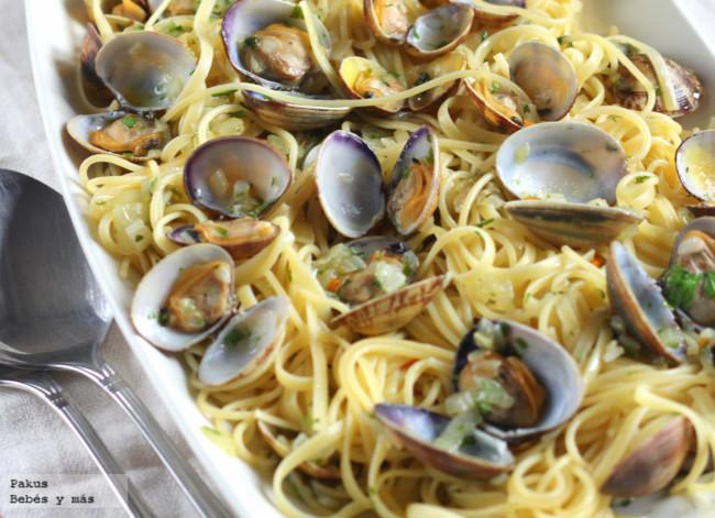 Espaguetis con almejas en salsa verde. Receta veraniega