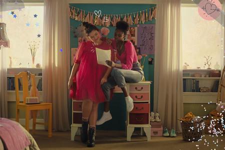 """Si eres fan del estilo de Lara Jean (""""To All the Boys""""), ahora H&M te ayudará a inspirarte en ella con una colección cápsula"""