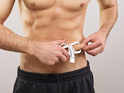 Así es como se mide la grasa corporal con un plicómetro o lipocalibre