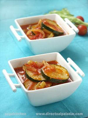 Calabacines con tomate y apio. Receta italiana
