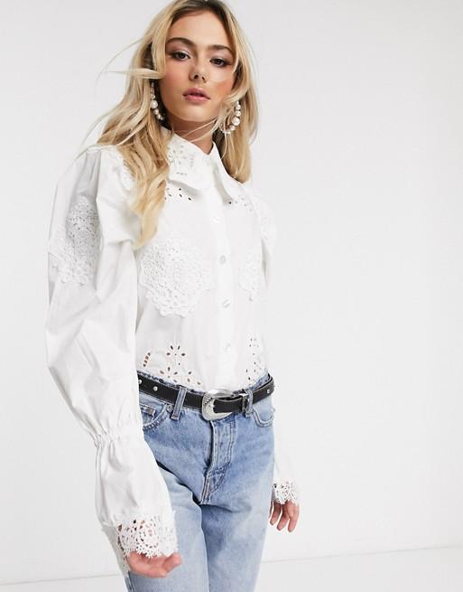Camisa blanca con manga abullonada y bordados calados