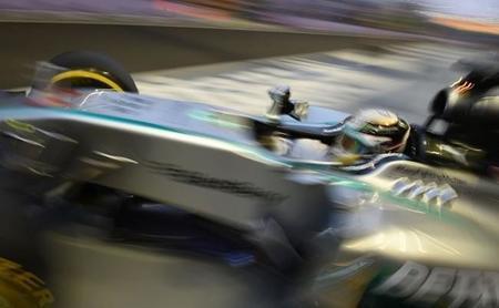 Lewis Hamilton al frente en los segundos libres de Singapur