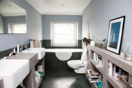 Muebles de obra revestidos con teselas en el baño