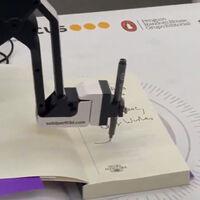 El futuro era que Isabel Allende te firmase un libro de forma remota usando un brazo robótico