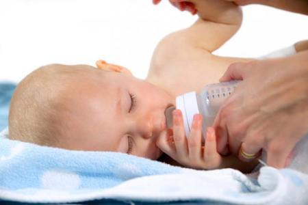 ¿Darle una cerveza o un vaso de vino al bebé después de la toma de pecho o biberón?