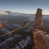 Caminar sobre una cinta a más de 2.000 metros de altura se ve tan fascinante como suena