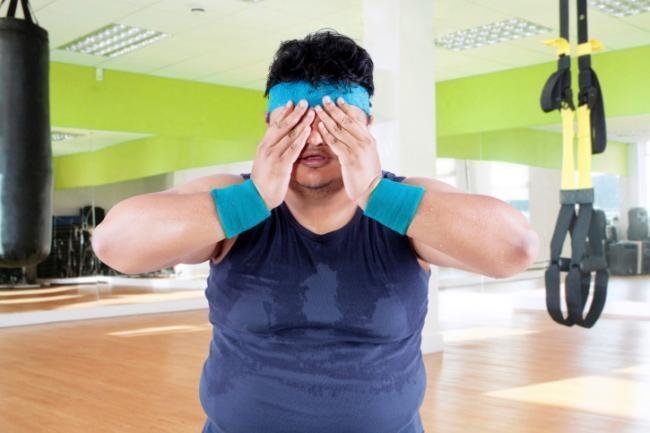 hombre obeso sudando