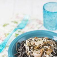 Receta de espaguetis negros con ajos, gulas y gambas