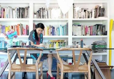 En la biblioteca, los libros por color
