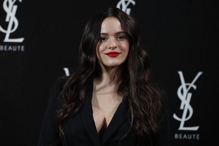 Rosalía luce más guapa que nunca con un traje negro (y labios rojos)