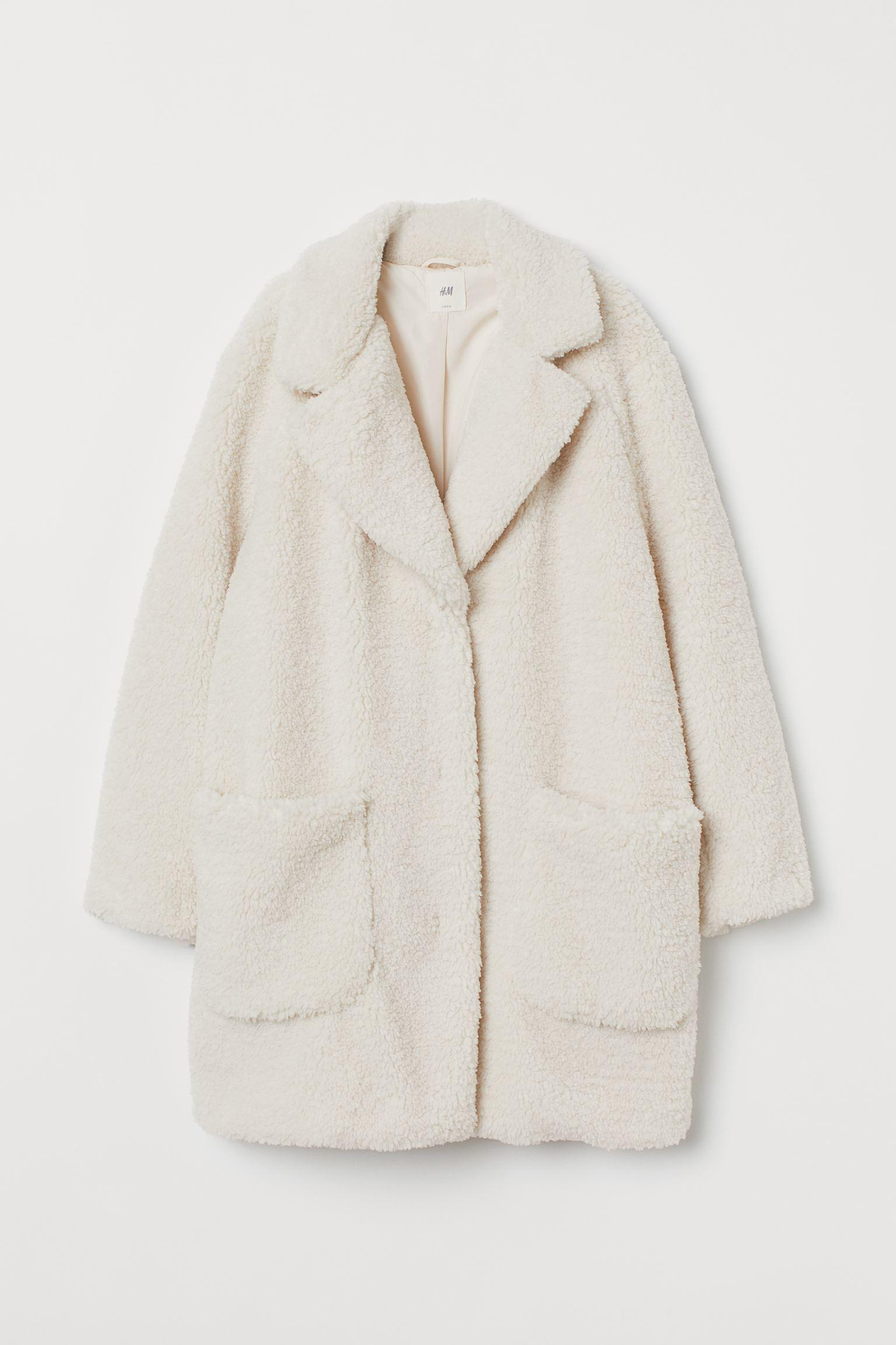 Abrigo corto en borreguito suave con cuello de solapas de muesca, botones delante, mangas raglán largas y maxibolsillos de parche.