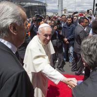 Si vienes a ver al Papa, deja las pistolas, explosivos y palos para selfies en casa